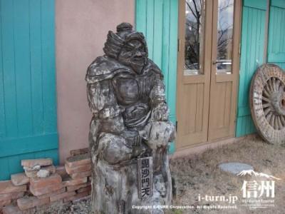 毘沙門天の彫刻が置いてあります、でかい