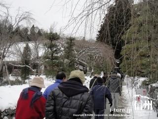 雪の積もった参道