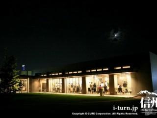 夜の店を庭から撮影