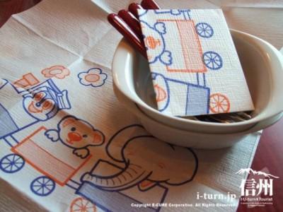 子供用の取り皿とエプロン