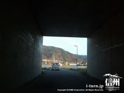 高速道路の下を通り抜ける