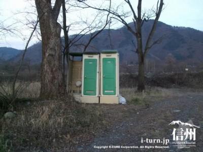 仮設トイレが3つ