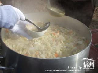 大きな鍋にとん汁