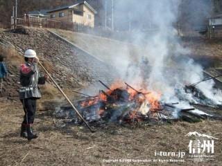 あっという間にくずれた三九郎を消防団員がまぜまぜ