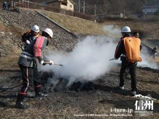 消防団員による鎮火作業