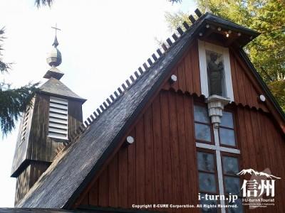 聖パウロカトリック協会 三角形の屋根と十字架