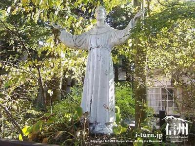 聖パウロカトリック協会 教会庭内にある彫像
