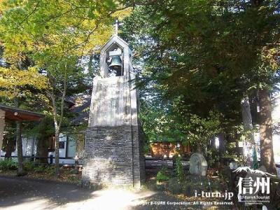 聖パウロカトリック協会 教会庭内にある白い鐘