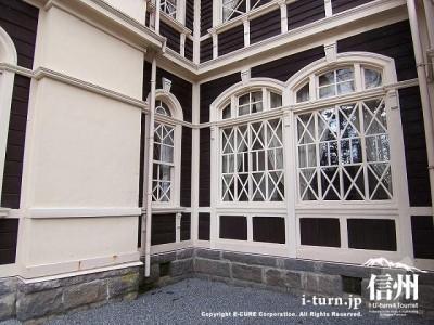 旧三笠ホテル 太い縁の窓枠