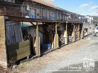 外には薪棚がありました