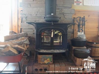 薪ストーブの土台はレンガですね