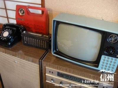 黒電話にラジオとテレビ、台にはステレオ