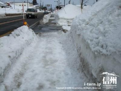 雪積もる歩道