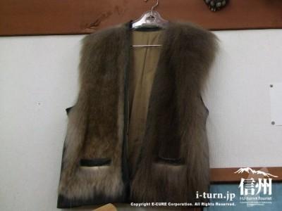 サルの毛皮チョッキ100000円