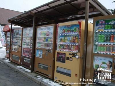 ベージュやブラウン系で統一された自動販売機