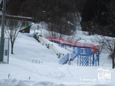 雪にうもれた公園