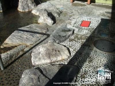 露天風呂周辺の石