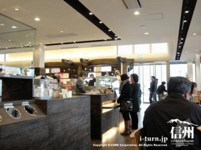 喫茶スペースから店内を眺める