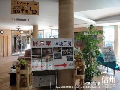 下の階はシルクの展示室や体験工房があります