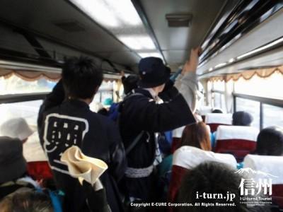 バスの中は大混雑