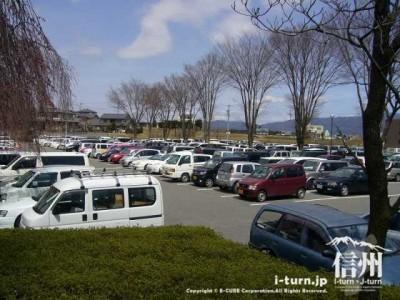 文化会館の駐車場も満車状態