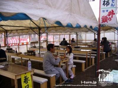 テントの下で食べられるスペースもあります