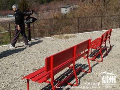 赤いベンチ二つ