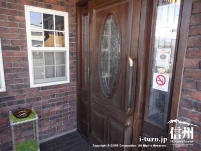 入口のドアは洋館風