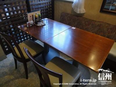 テーブル席はこんな感じ