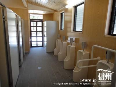 駐車場入口に近いトイレ