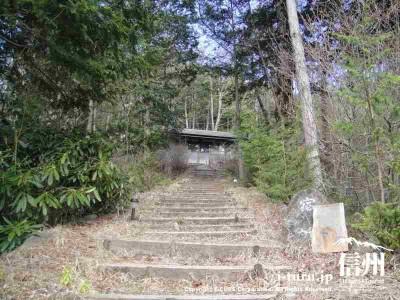 駐車場から階段を登るだけ