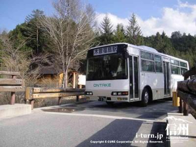 木曽福島駅との間をバスが運行されてます