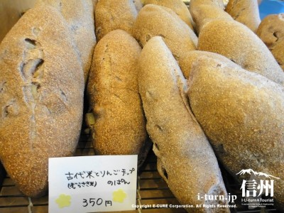 古代米とりんごチップのパン
