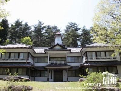 和洋折衷の左右対称な建物