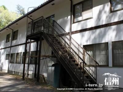 建物の裏の階段
