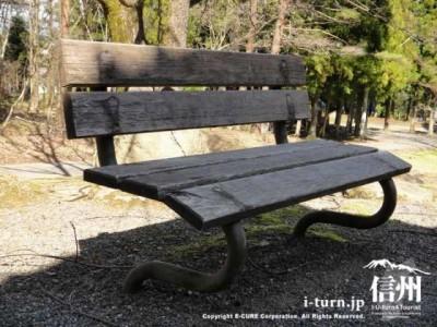 足の形が面白いベンチ