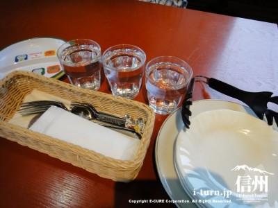 とり皿、水、カトラリーセット