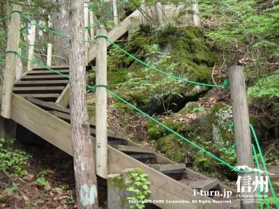 橋を渡り、木の階段を登ります。