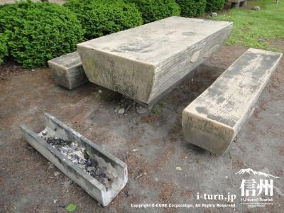コンクリート製のテーブル