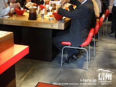 椅子は諏訪店と同じタイプ