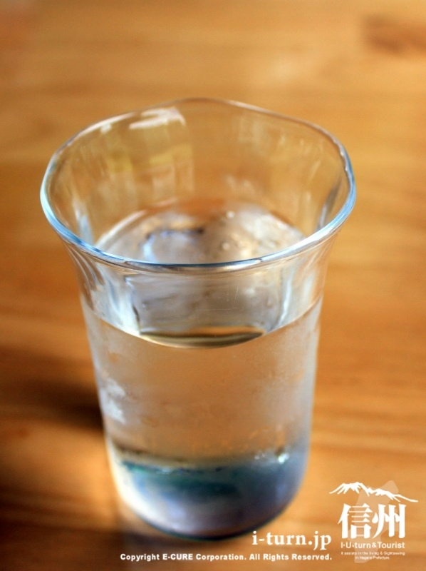 水はオリジナルのコップで