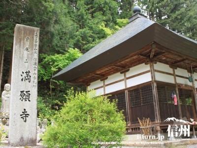 お寺の名前が入った石柱