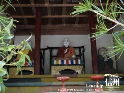 僧侶らしき像が3体