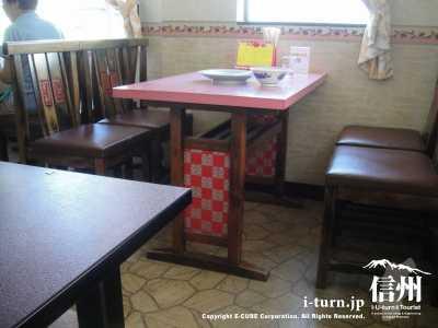 テーブル席は中華風