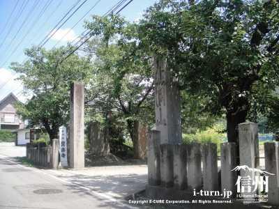 常楽寺の入口にある石門