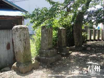 入口には石碑がいくつも