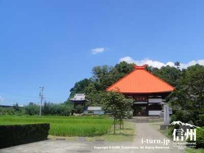 オレンジの屋根が目立ってます