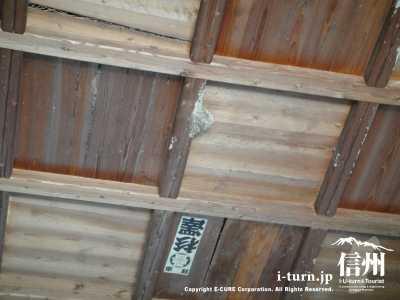 天井にはつばめの巣