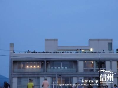 どの建物も屋上は人だらけ