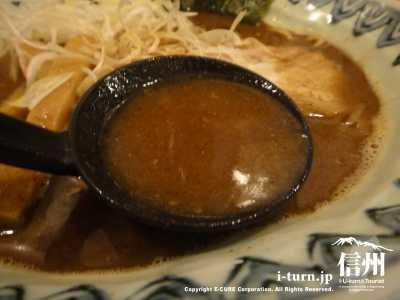 スープは茶色
